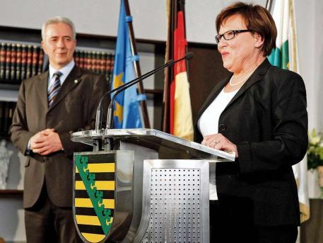 Ministerpräsident Stanislaw Tillich ( CDU ) ernennt Brunhild Kurth (57) zur Staatsministerin für Kultus und Sport Foto: Holm Röhner